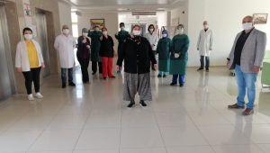 TURGUTLU'DA İYİLEŞEN KOVİD-19 HASTALARI ALKIŞLARLA TABURCU OLDU (video-haber)